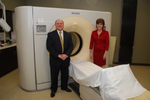 Greg O'Connor, left, and Trish Oman with the 128-slice CT scanner. (Photo by Robert Herrington)