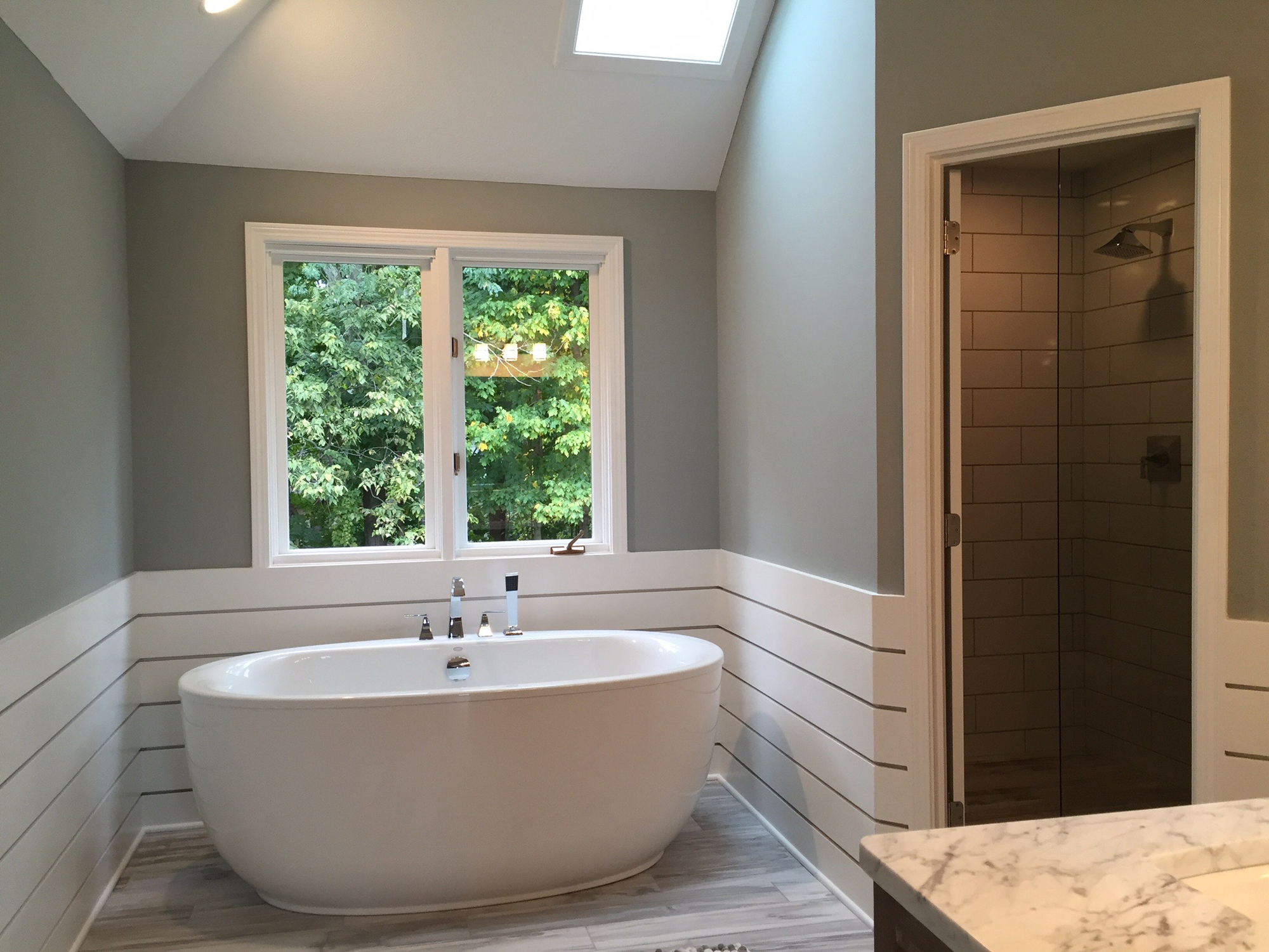 Column luxury tubs add beauty style to bathroom for Free standing tub and shower
