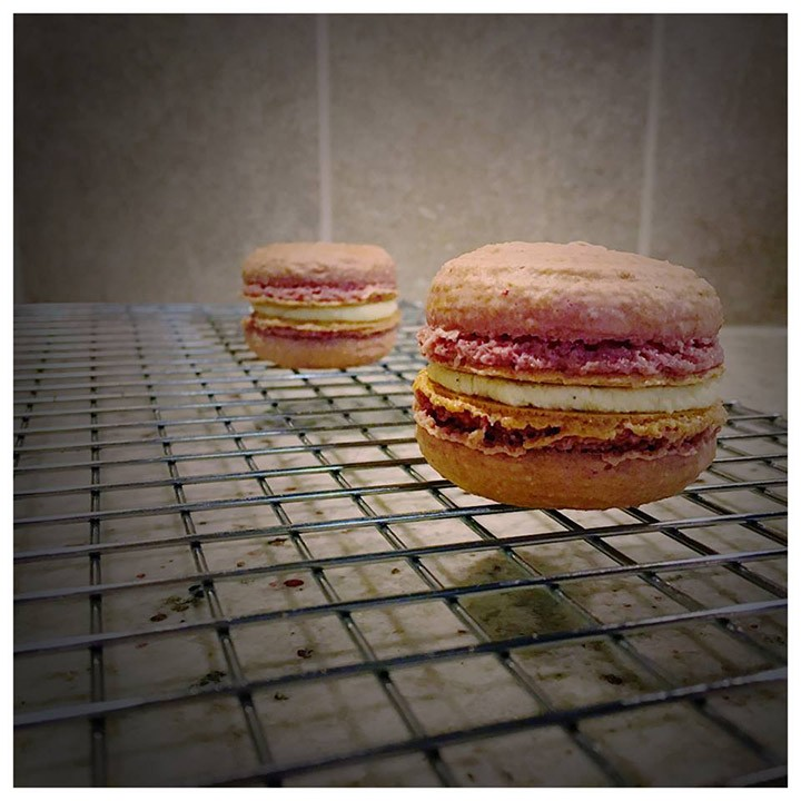 Strawberry macaroon with white chocolate ganache filling
