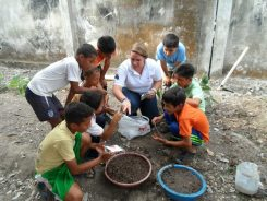 Julia Schiffman helps children in Ecuador learn new skills. (Submitted photo)